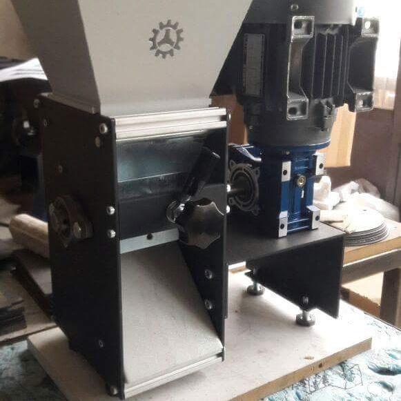 Badem Kırma Makinası Profesyonel Büyük Fındık Badem Kırma Makinesi